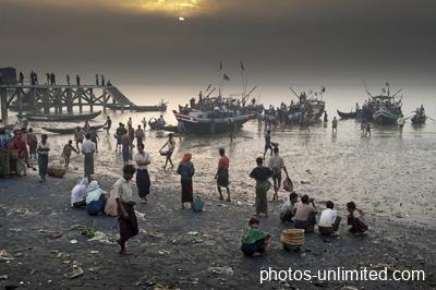 4-04-unloading-at-the-fishmarket-sittwe-myanmar